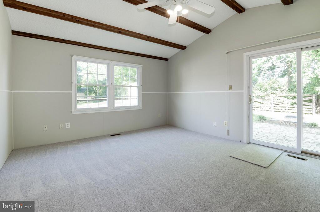 Family room loaded with light - 509 VALLEY VIEW AVE SW, LEESBURG
