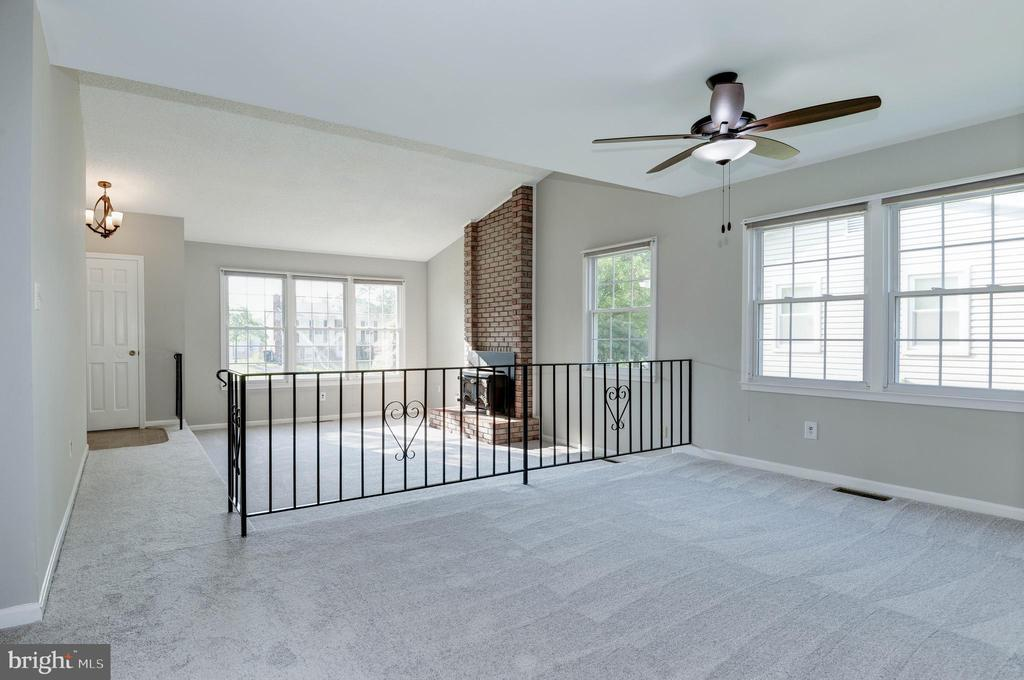 Living room with vaulted ceiling - 509 VALLEY VIEW AVE SW, LEESBURG