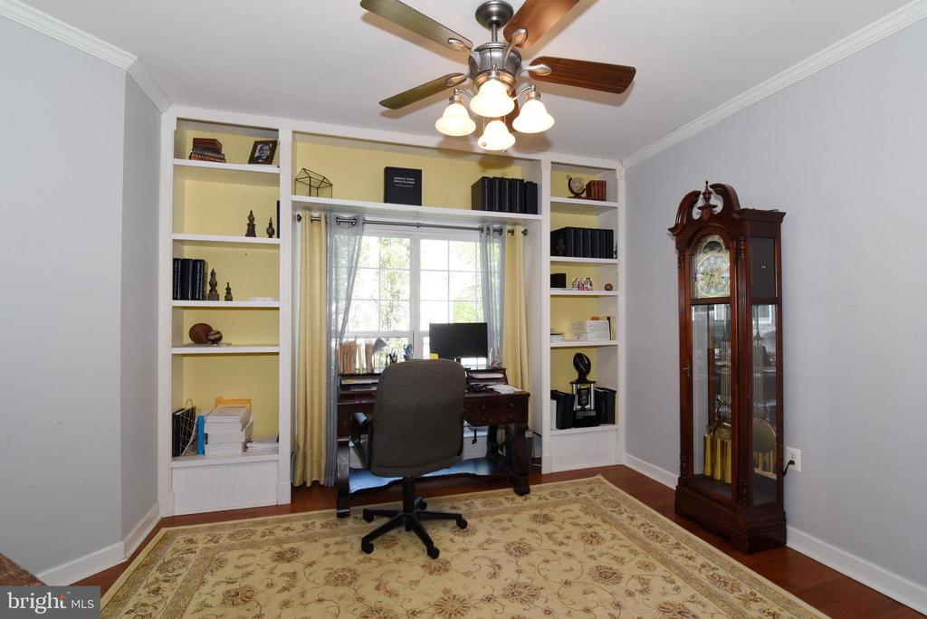 Main level office with builtins - 43298 HEATHER LEIGH CT, ASHBURN