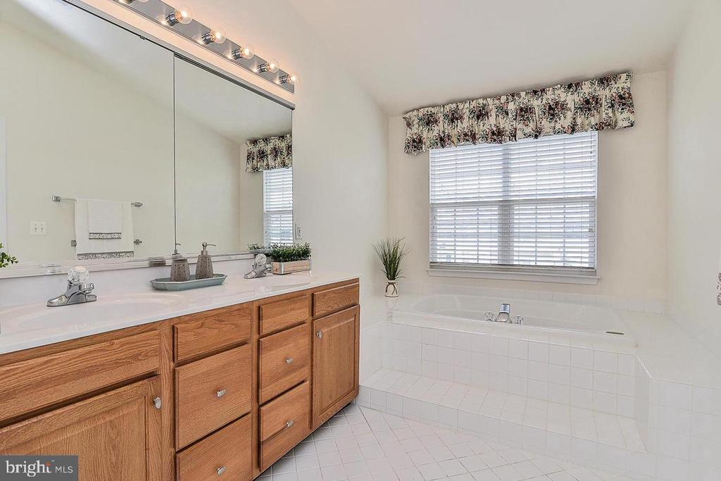 Master bath with dbl sink - 25506 CROSSFIELD DR, CHANTILLY