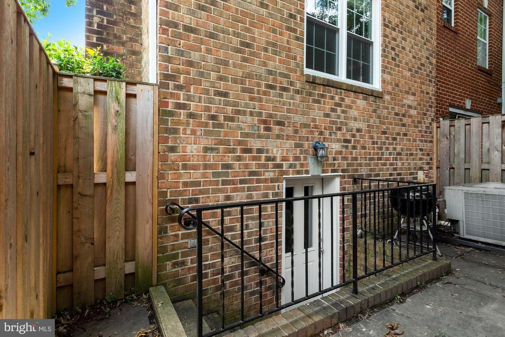 Rear patio area - 920 S ROLFE ST, ARLINGTON