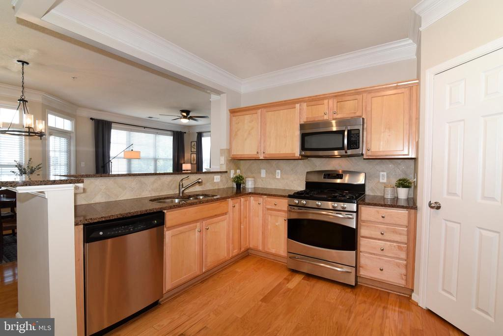Kitchen with Stainless Steel Appliances - 501 SUNSET VIEW TER SE #306, LEESBURG