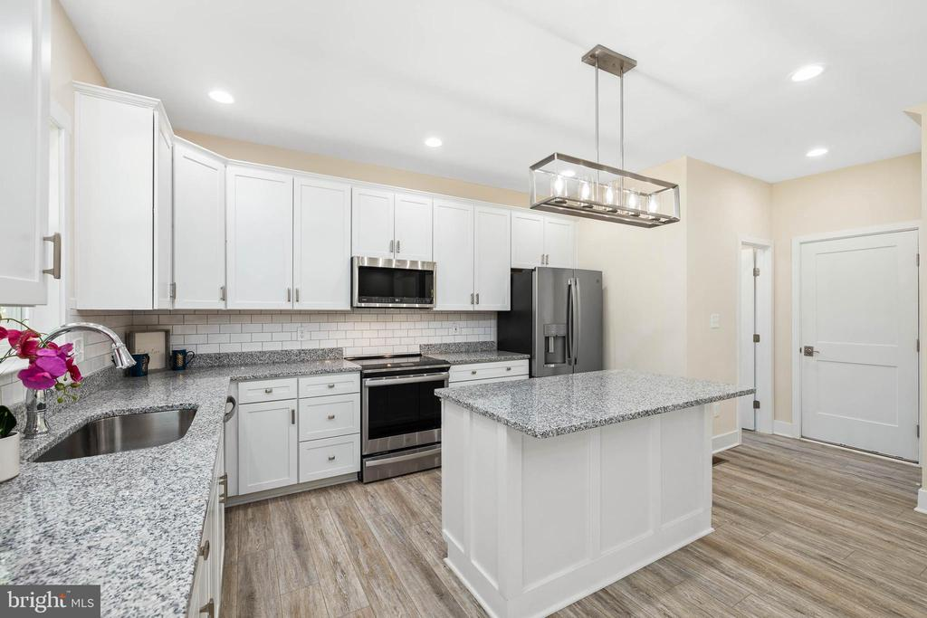 Granite counters - 207 WASHINGTON ST, LOCUST GROVE