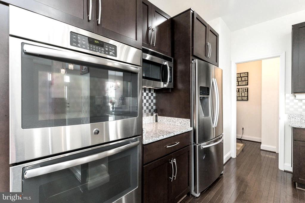 Double Ovens and Microwave - 23384 MORNING WALK DR, BRAMBLETON