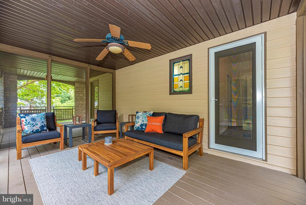 Screened in with hot tub - 9706 WOODLAKE PL, NEW MARKET