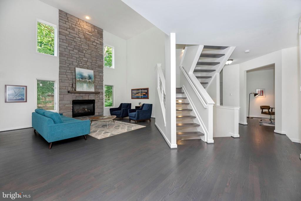 Grand living space - 9706 WOODLAKE PL, NEW MARKET