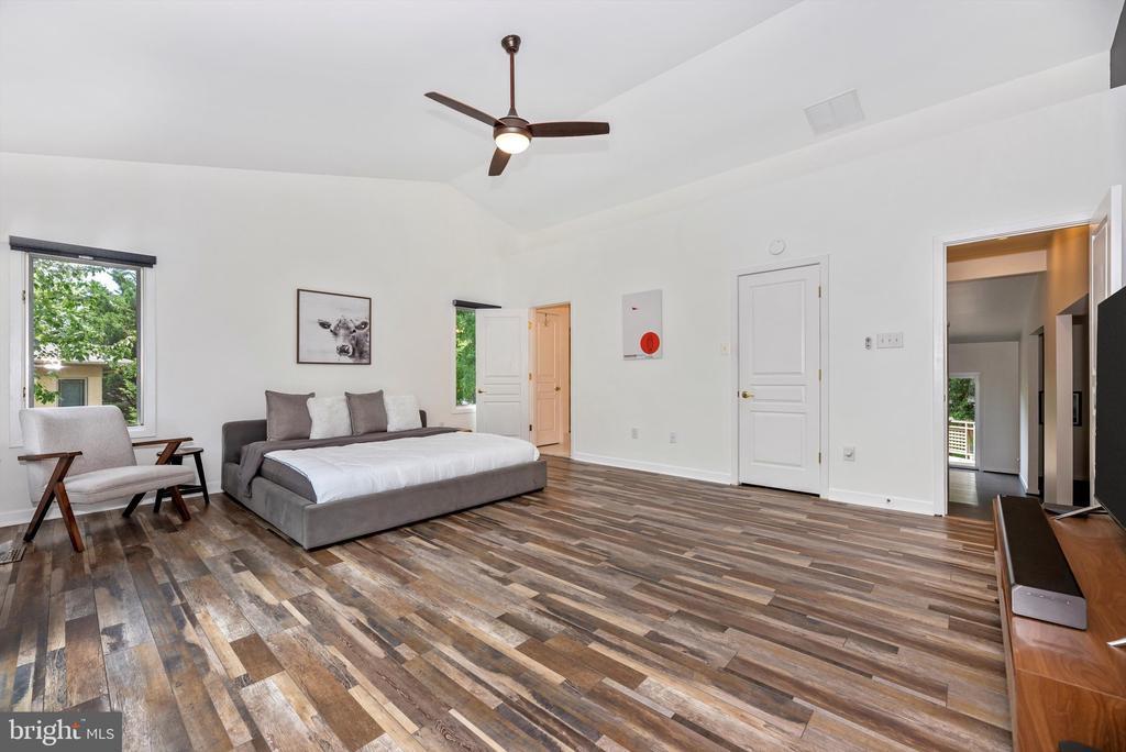 New floors, new paint - 9706 WOODLAKE PL, NEW MARKET