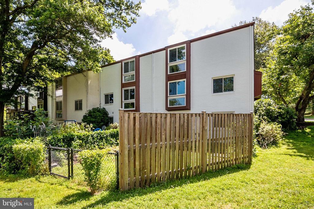 Fenced in backyard - 9911 LAKE LANDING RD, GAITHERSBURG