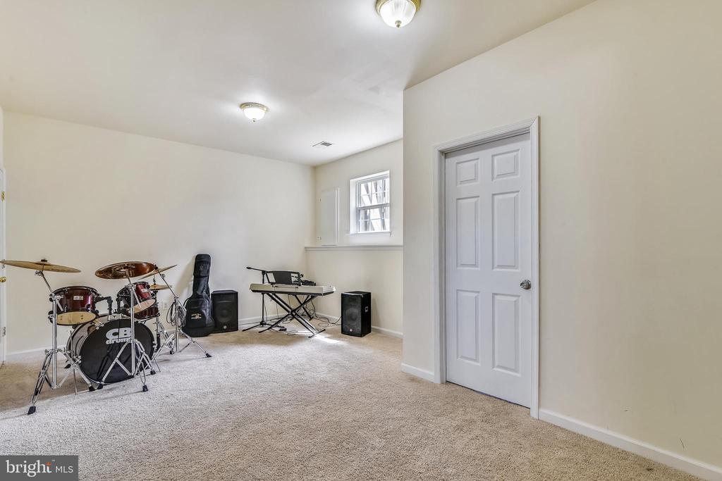 Family  room - door to bonus room - 502 TWINTREE TER NE, LEESBURG