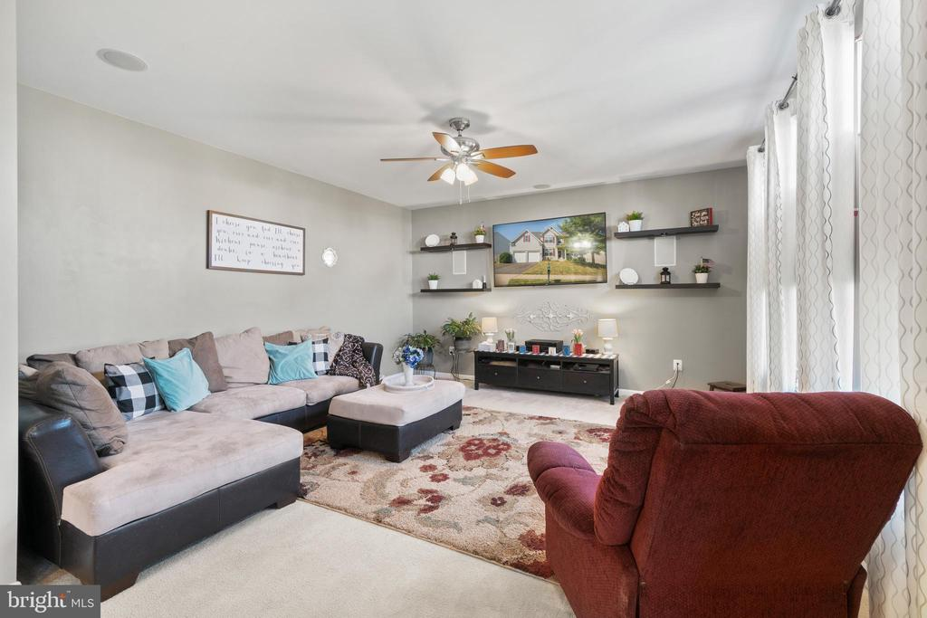 Kitchen opens into Family Room - 97 SANCTUARY LN, STAFFORD