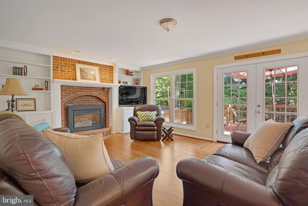 Gas fireplace in living room - 14 JUSTIN CT, STAFFORD