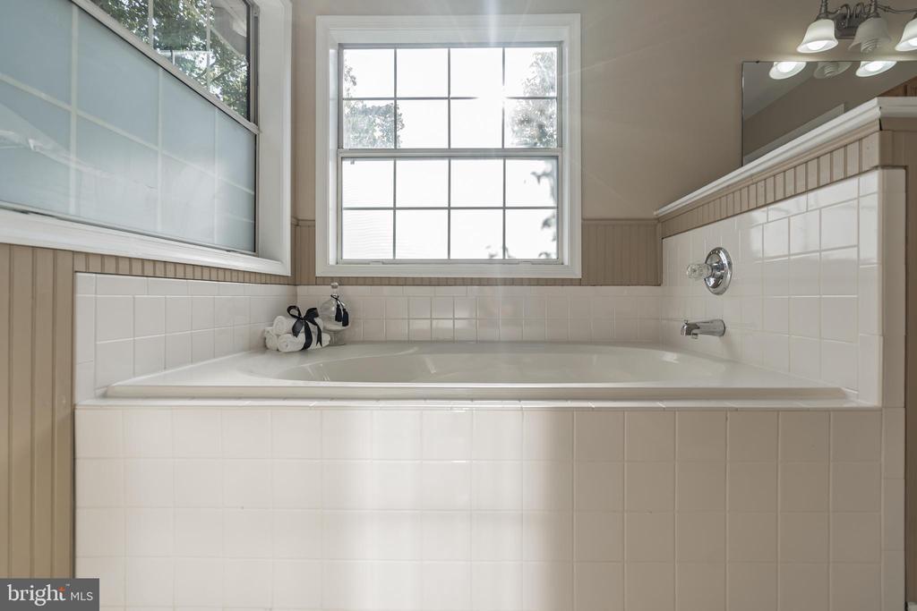 Soaking tub in owner's bath - 14 JUSTIN CT, STAFFORD