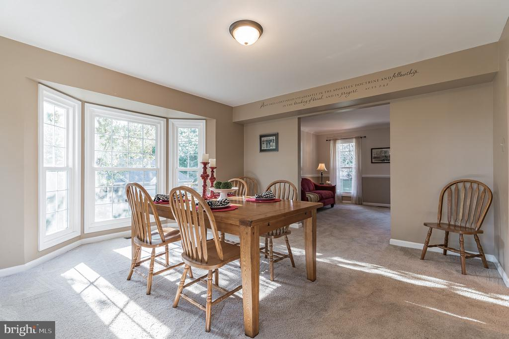 Host dinner parties in spacious family room - 14 JUSTIN CT, STAFFORD
