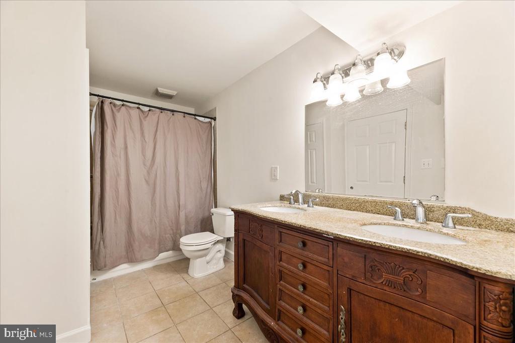 Full bathroom in basement - 17510 LETHRIDGE CIR, ROUND HILL