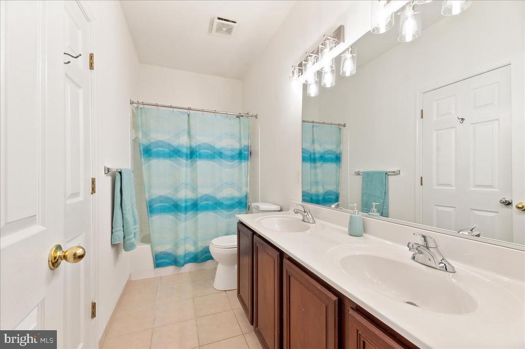 2nd full bath upstairs - 17510 LETHRIDGE CIR, ROUND HILL