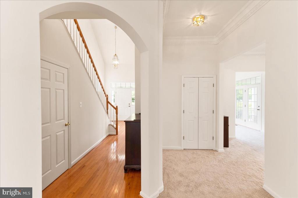 foyer/ hallway on main - 17510 LETHRIDGE CIR, ROUND HILL