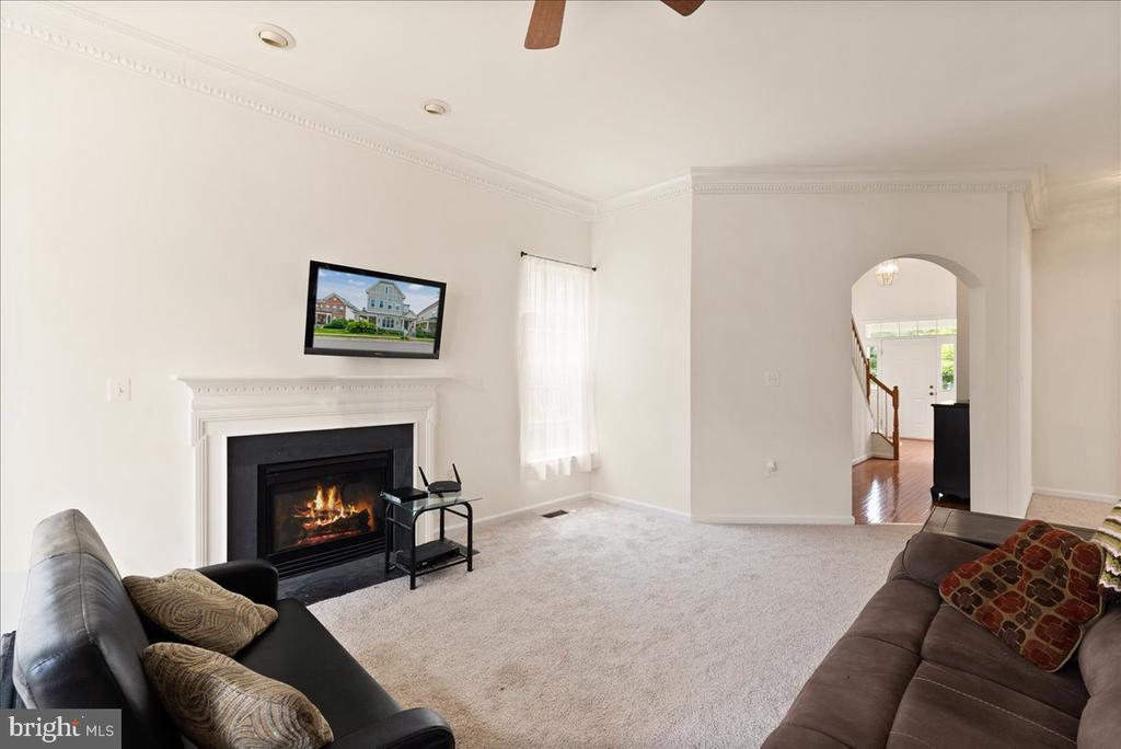 living room with gas fireplace - 17510 LETHRIDGE CIR, ROUND HILL