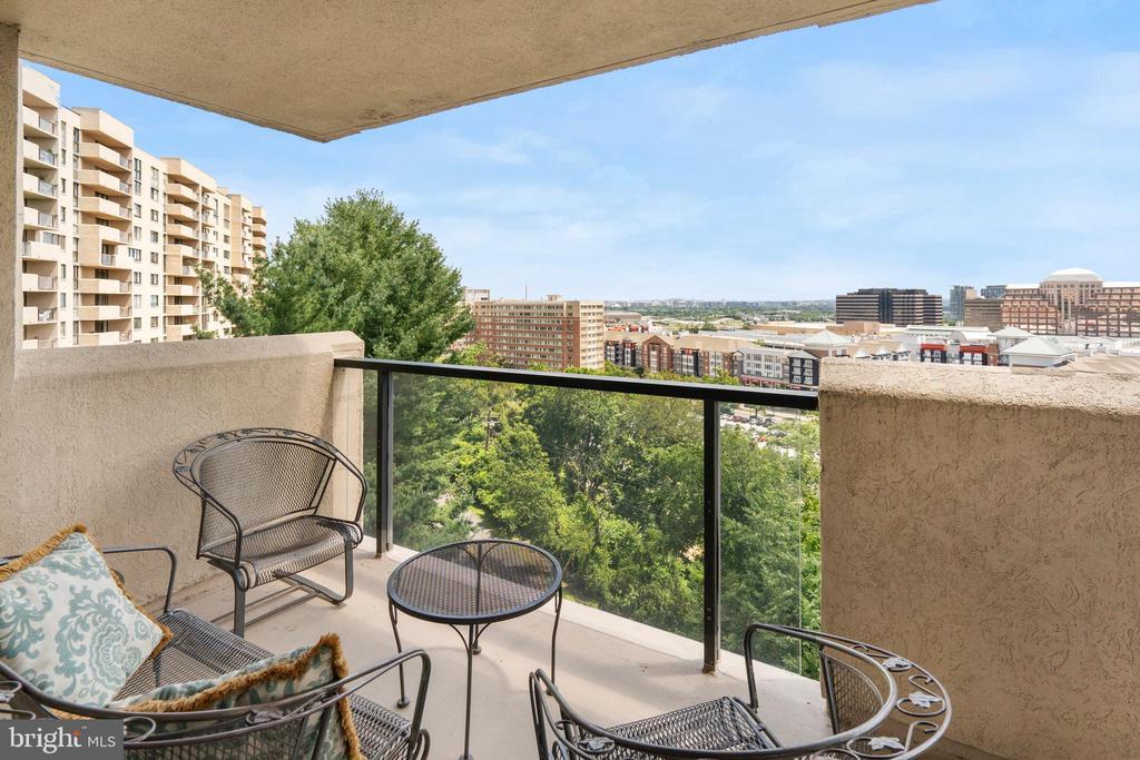 Wrap around balcony with monument views - 1101 S ARLINGTON RIDGE RD #602, ARLINGTON