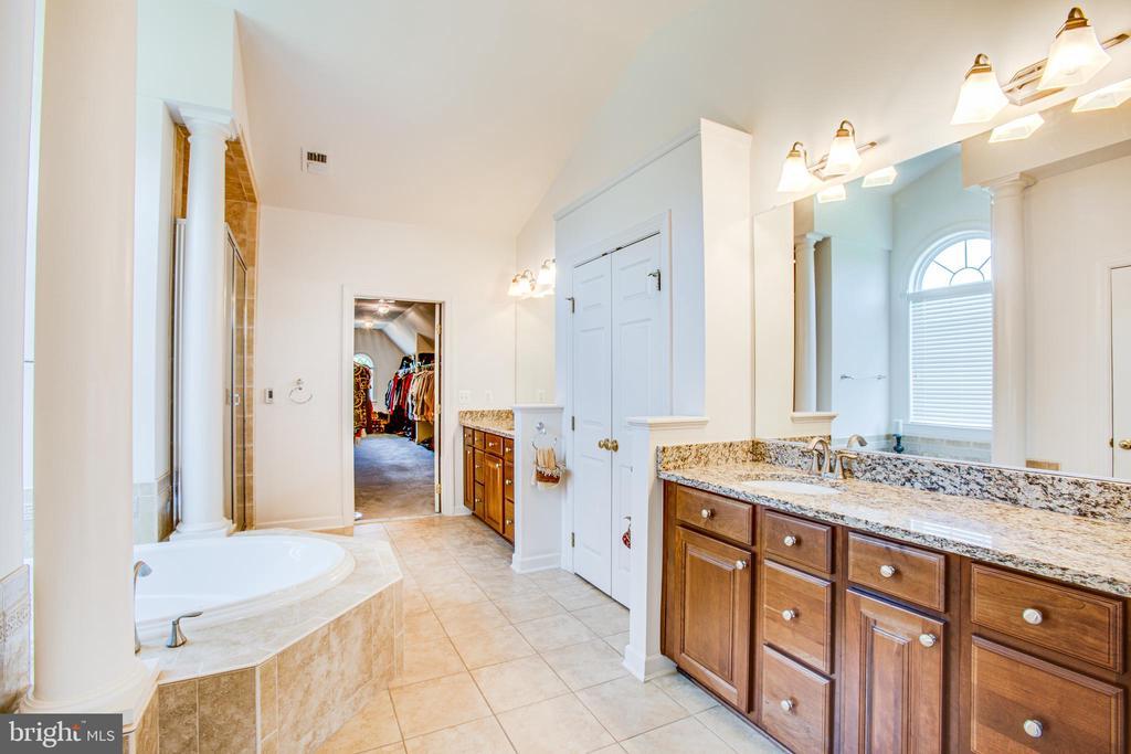 Owners elegants bath with whirlpool tub - 57 SNAPDRAGON DR, STAFFORD