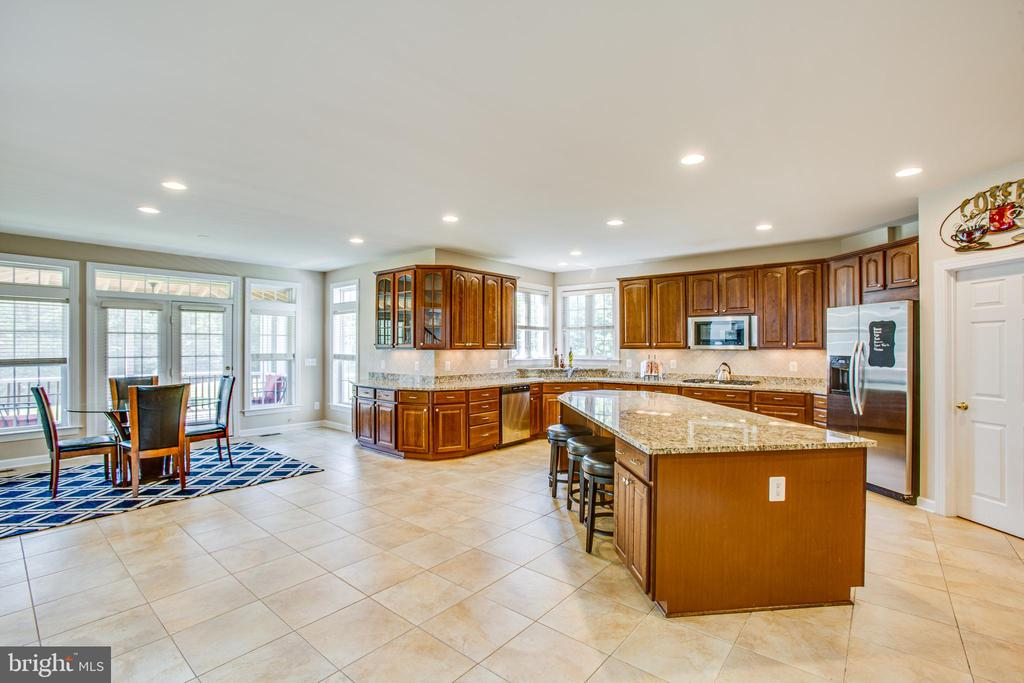 Breakfast area and wide open spaces! - 57 SNAPDRAGON DR, STAFFORD