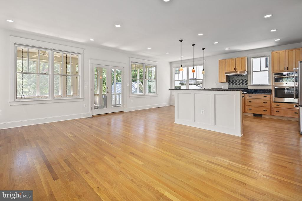 So much light and bright space - 1611 N BRYAN ST, ARLINGTON