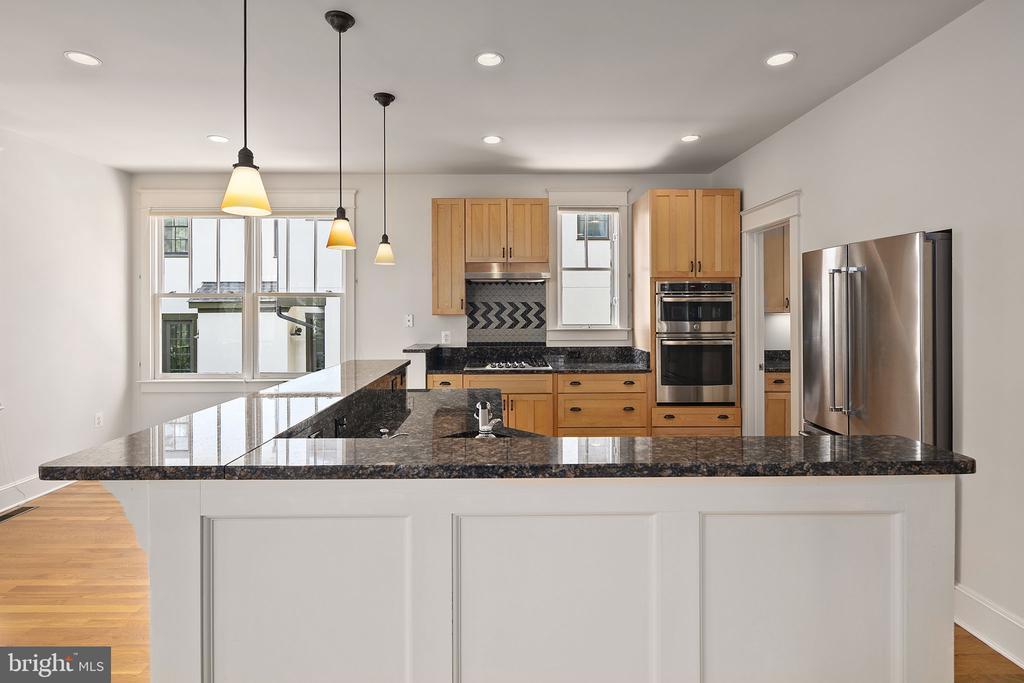 Inviting kitchen space - 1611 N BRYAN ST, ARLINGTON