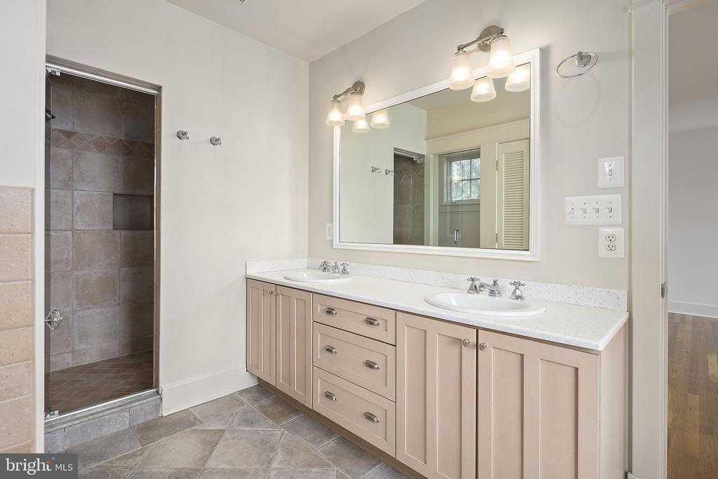 Primary bedroom bathroom - 1611 N BRYAN ST, ARLINGTON