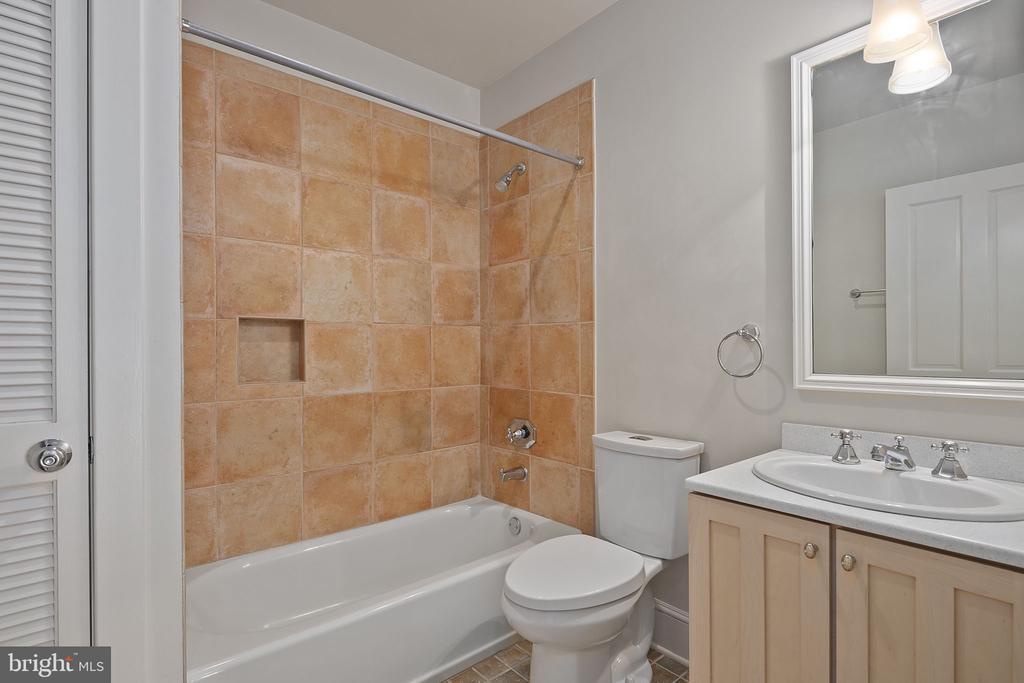 Full hall bathroom on upper level - 1611 N BRYAN ST, ARLINGTON