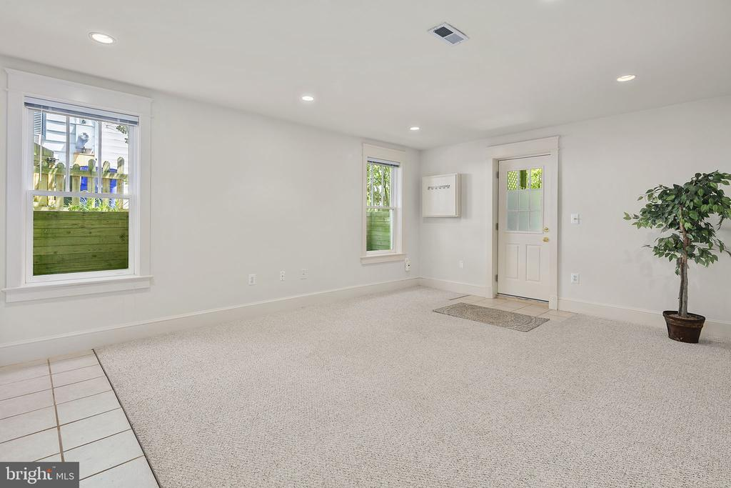 Separate entrance for lower level living area - 1611 N BRYAN ST, ARLINGTON