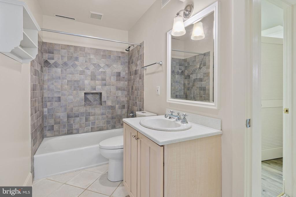 Lower level full bathroom - 1611 N BRYAN ST, ARLINGTON