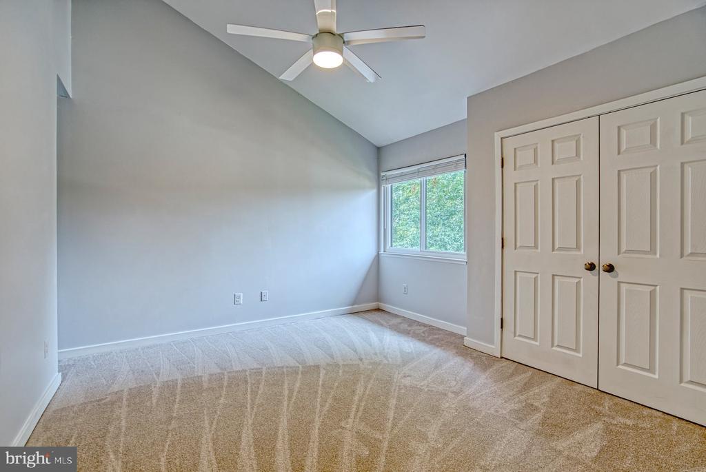Bedroom #2 has vaulted ceiling, views to backyard - 2211 CEDAR COVE CT, RESTON