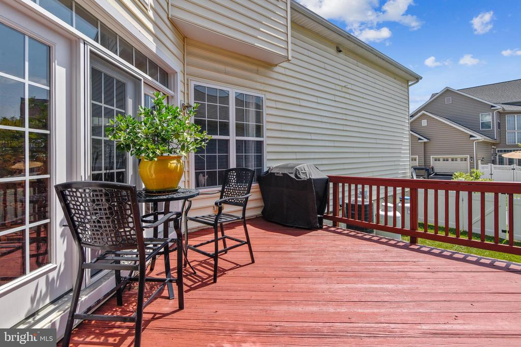 Spacious deck off the family room - 17451 LETHRIDGE CIR, ROUND HILL