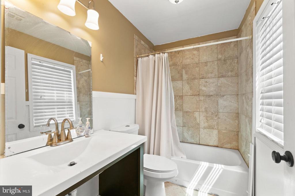 Partially renovated upper-level bathroom - 9204 DOUGLAS ST, MANASSAS