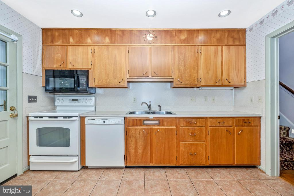 Recessed lighting in the kitchen - 703 WYNGATE DR, FREDERICK