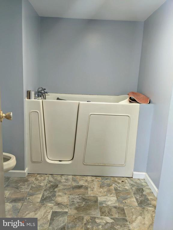 Hallway full bath w/ Jetted Walk-in Tub - 11311 PINE HILL RD, KING GEORGE