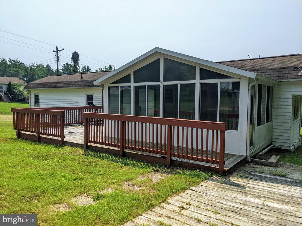 Wrap around deck and Sunroom - 11311 PINE HILL RD, KING GEORGE
