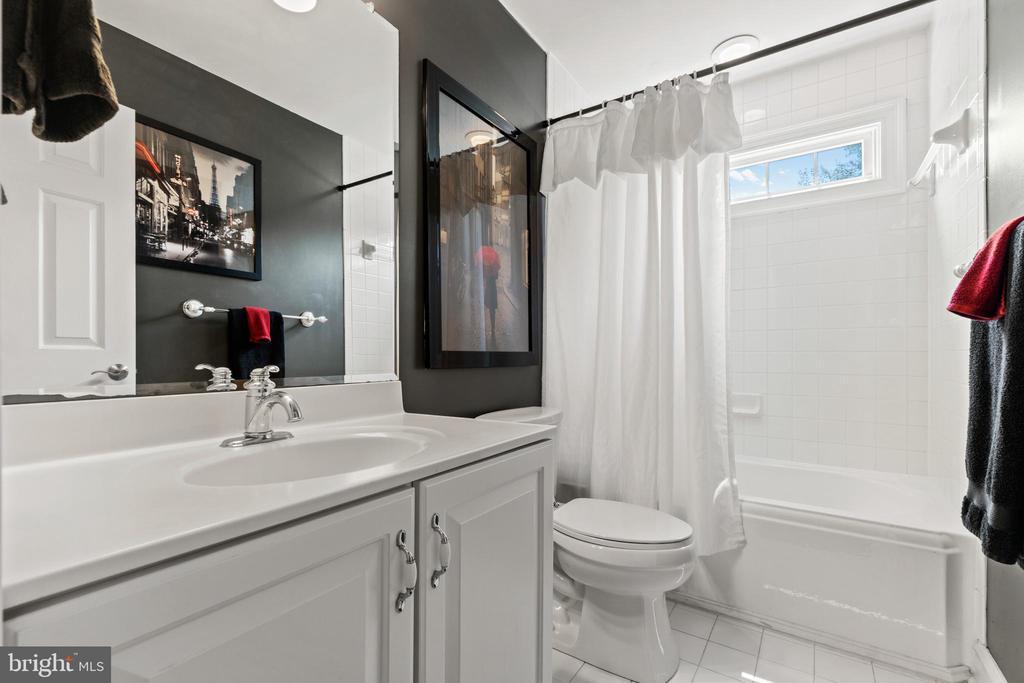 2nd full bathroom on the upper level - 55 AZTEC DR, STAFFORD