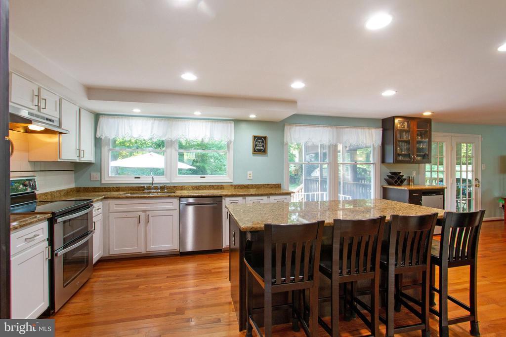 Kitchen with Stainless Steel Appliances - 4821 REGIMENT CT, WOODBRIDGE