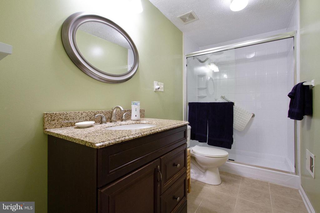 Upper Level Guest Bathroom - 4821 REGIMENT CT, WOODBRIDGE