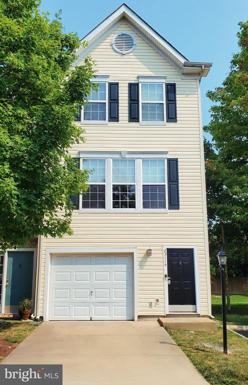 Front of Townhome with Curb Appeal! - 23114 BLACKTHORN SQ, STERLING