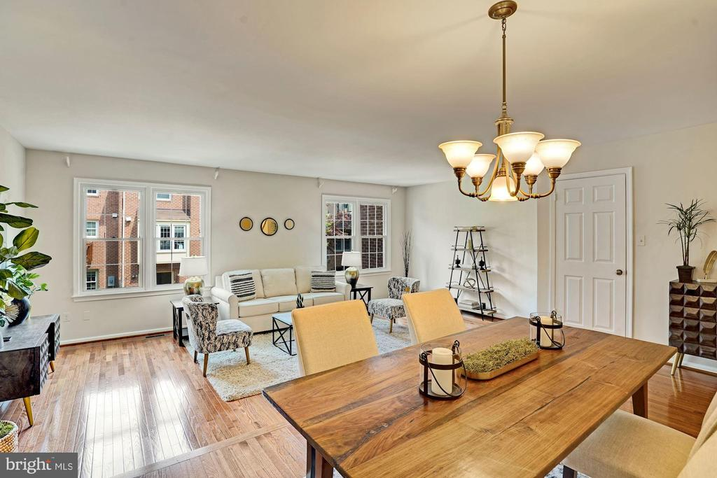 Perfect size to fit a large dining table. - 10133 VILLAGE KNOLLS CT, OAKTON
