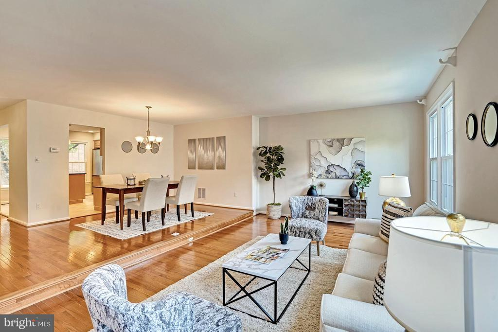 Check out the brand new gleaming wood floors! - 10133 VILLAGE KNOLLS CT, OAKTON