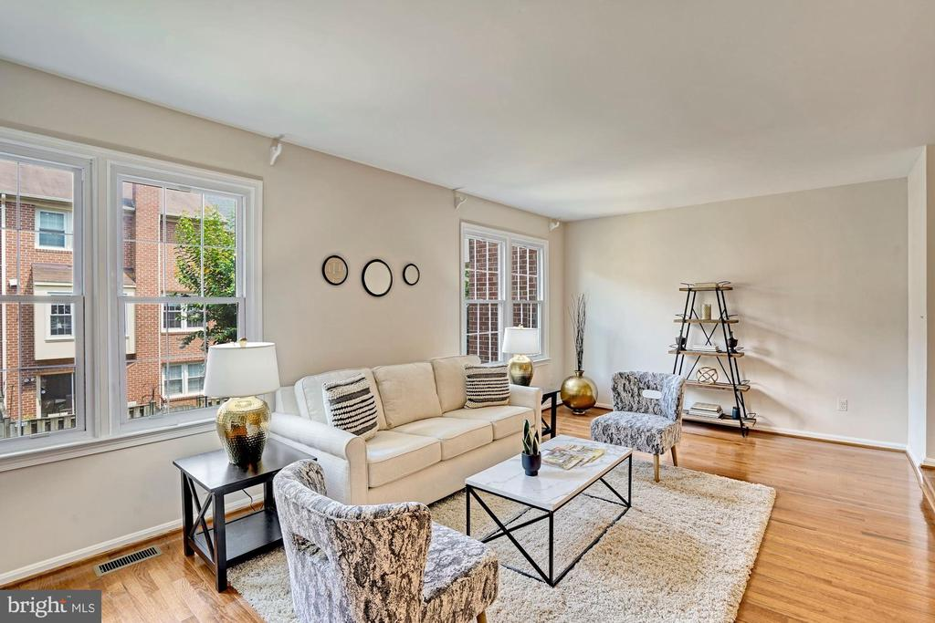 Spacious enough for a second seating area - 10133 VILLAGE KNOLLS CT, OAKTON