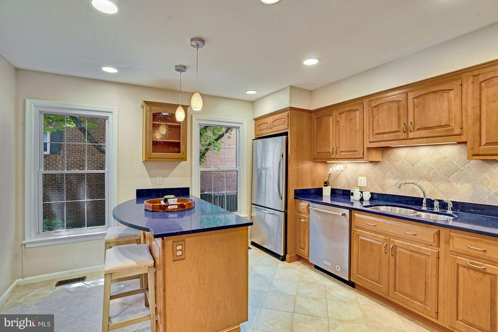 Spacious kitchen with island to fit 2 chairs. - 10133 VILLAGE KNOLLS CT, OAKTON