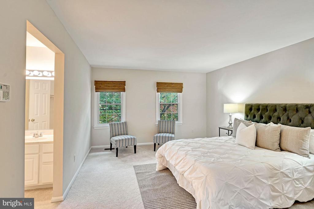 Primary Suite includes en suit bath & walk - in. - 10133 VILLAGE KNOLLS CT, OAKTON