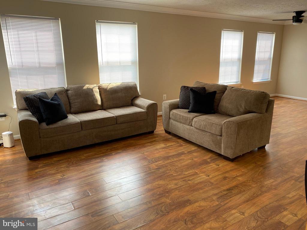 Living Room - lots of Natural Light - 7960 CALVARY CT #138, MANASSAS