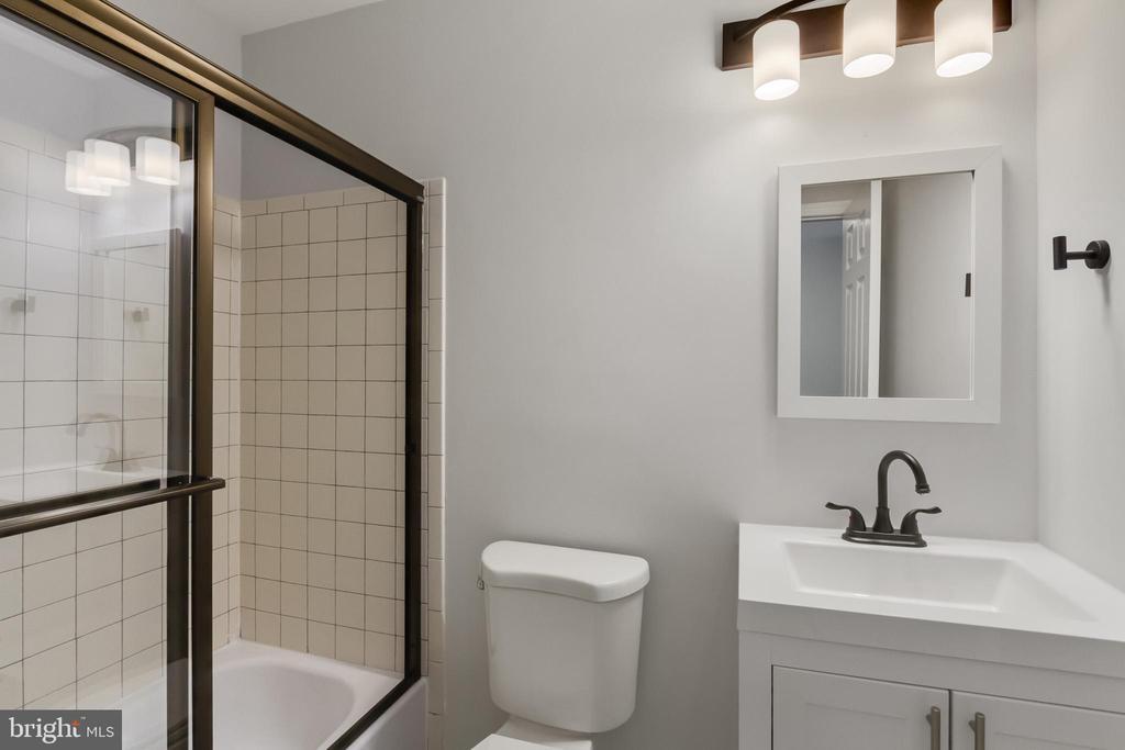 Upper Level Guest Bathroom - 11572 OVERLEIGH DR, WOODBRIDGE