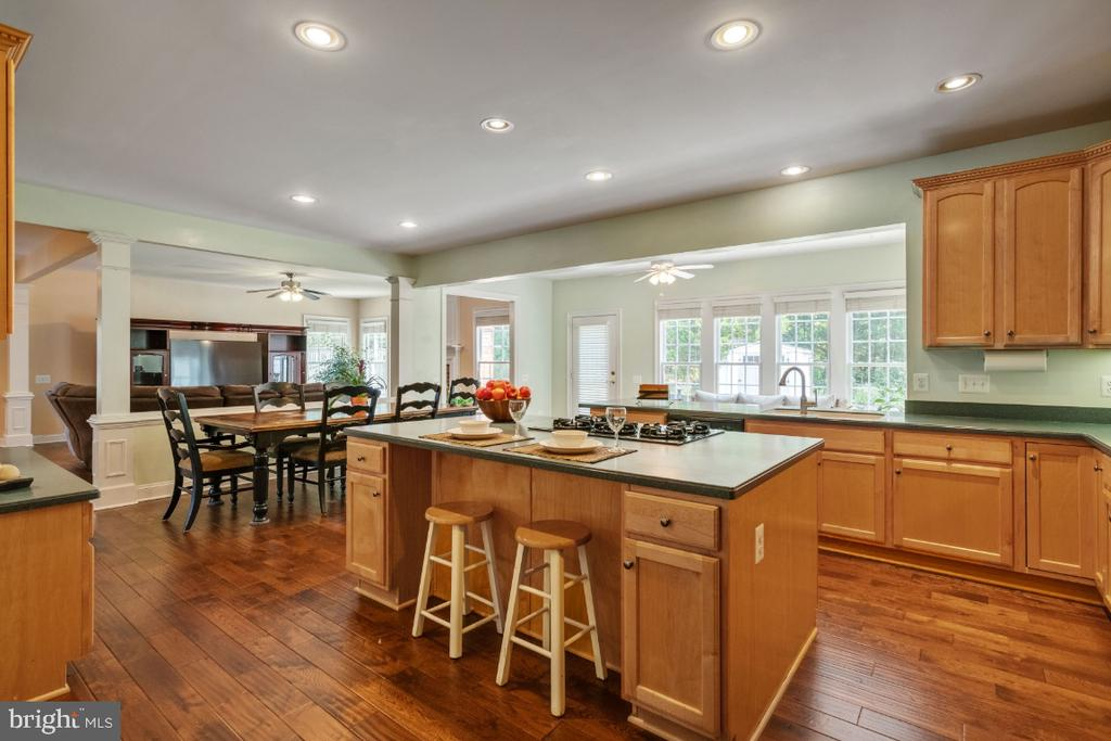 Gourmet Kitchen with Large Center Island - 6809 CLIFTON GROVE CT, CLIFTON