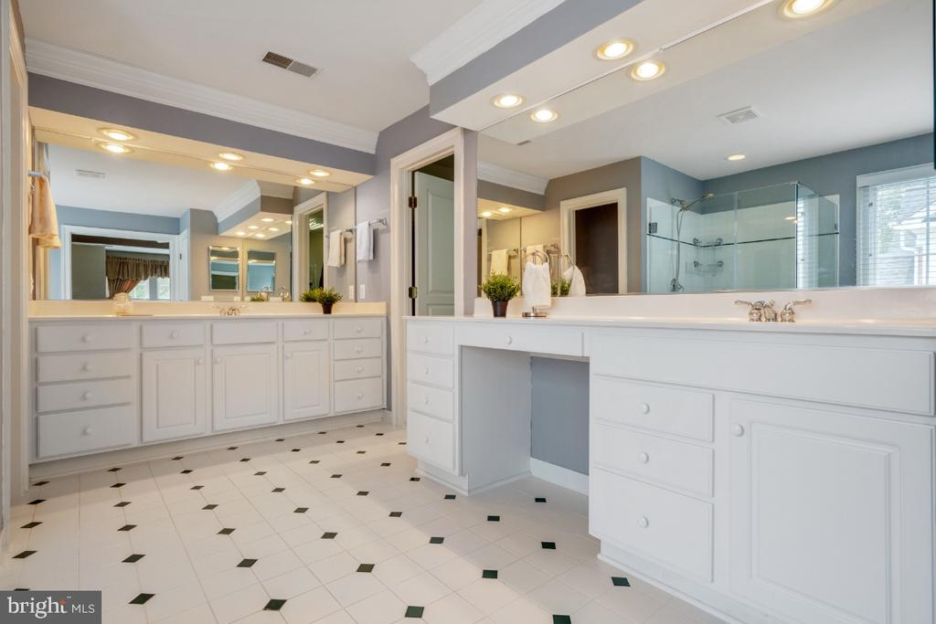 Owners Bathroom with Dual Vanities - 6809 CLIFTON GROVE CT, CLIFTON