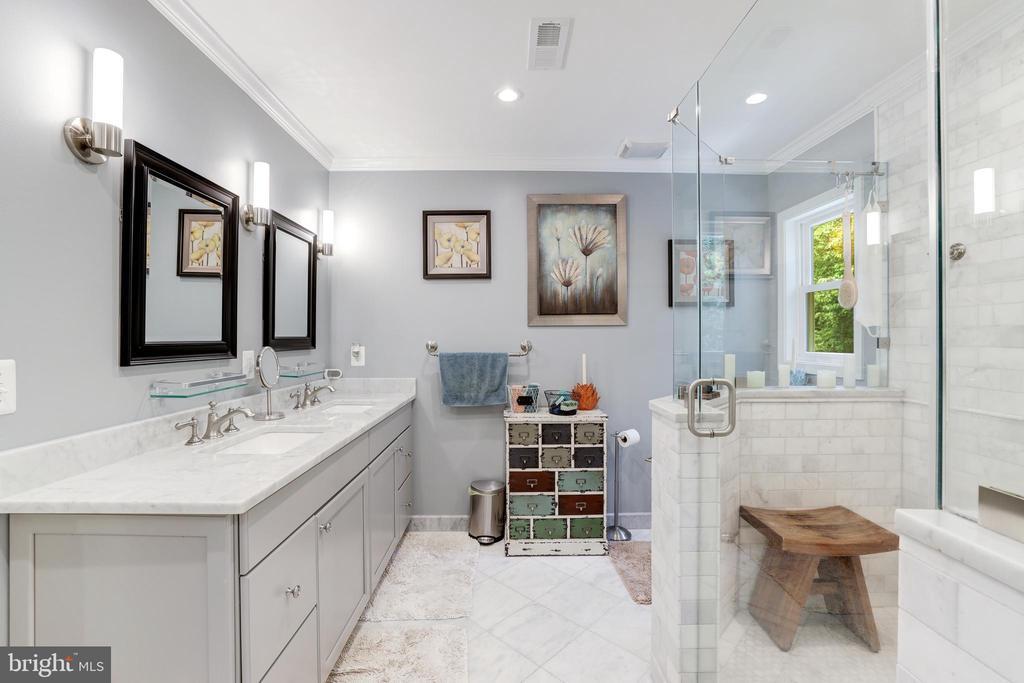 E-Suite Luxury Bath - 8104 FLOSSIE LN, CLIFTON